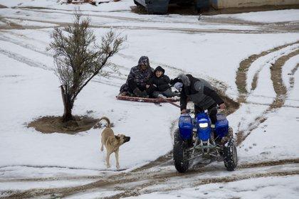 Algunas personas pasean en Baja California, tras intensa nevada. (Foto: Cuartoscuro)