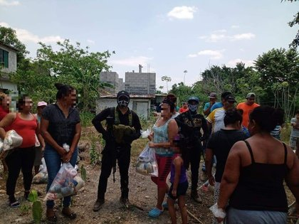 Inhabitants of the north of Veracruz received food pantries from alleged criminals of Grupo Sombra (Photo: Twitter / fernand17704066)