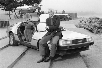 John DeLorean, a principios de los 80, con su última creación: el DMC-12.