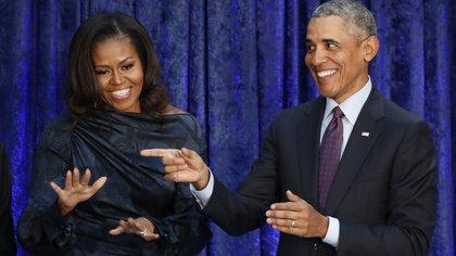 El ex presidente, Barack Obama, y la ex primera dama, Michelle Obama, en una recepción en la Galería Nacional de Retratos del Smithsonian en Washington. REUTERS/Jim Bourg
