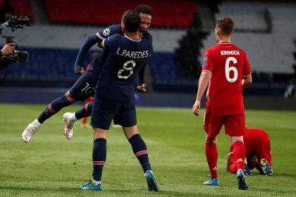 Neymar se abraza con su cómplice de póker Paredes tras la clasificación en Champions League (Foto: EFE)