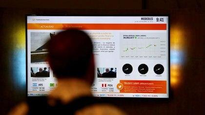 Un operador observa una pantalla con las acciones del índice Merval de Buenos Aires. (Reuters)