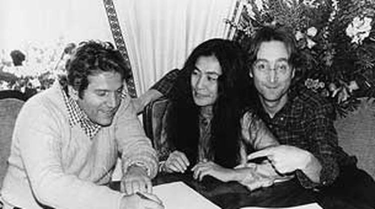 Allen Klein junto a Yoko y John