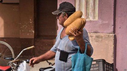 Un hombre carga panes en Caibarien. Foto Archivo