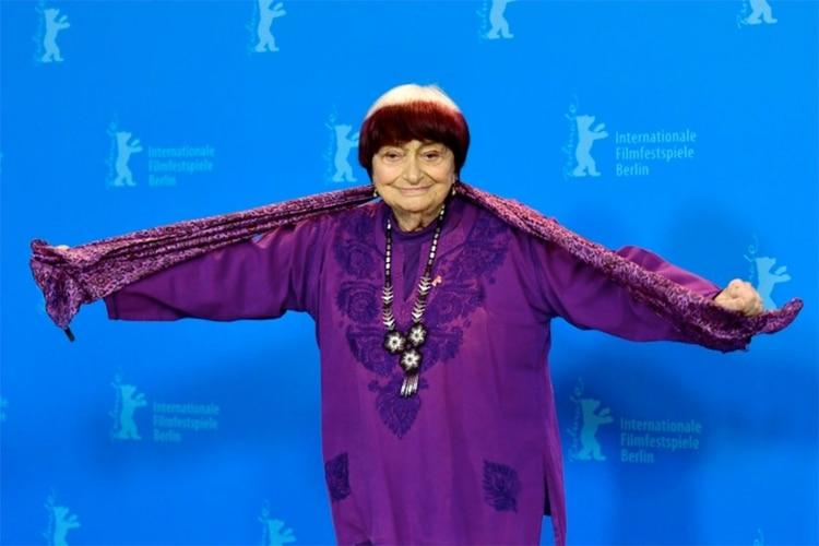 La artista posa para las cámaras durante la presentación del filme 'Varda por Agnes' en el último Festival de Cine de Berlín, el pasado 13 de febrero en la capital alemana (AFP/Archivos – Tobias Schwarz)