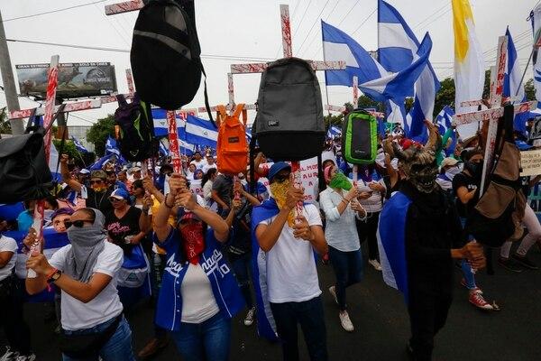 Estudiantes nicaragüenses han protagonizado varias manifestaciones en el país al tiempo que el gobierno de Daniel Ortega ejerce la represión con paramilitares armados (Alfredo Zuniga/AP)