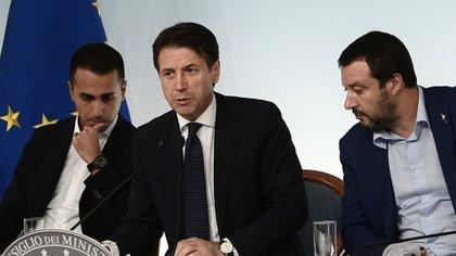 La coalición que ya no existe: el ex primer ministro Giuseppe Conte, ladeado por Luigi di Maio y Matteo Salvini (Photo by Filippo MONTEFORTE / AFP)