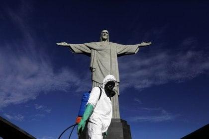 Militar desinfecta Cristo Redentor no Rio de Janeiro