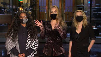 Foto: Saturday Night Live - captura de pantalla.  Adele lució extremadamente delgada y con un acento estadounidense en  su debut como presentadora en Saturday Night Live