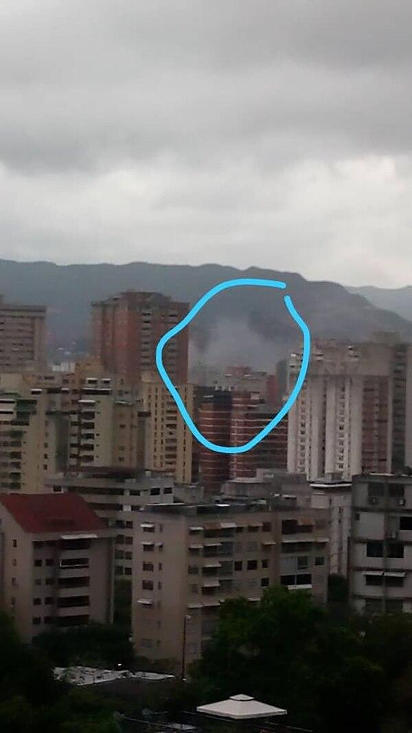 Testigos difundieron en Twitter imágenes de la posible explosión que generó pánico en el acto oficial en Caracas (@ReporteYa)
