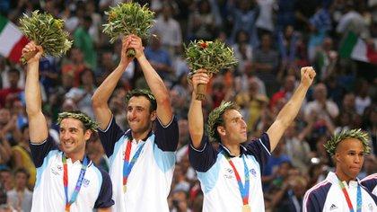 Montecchia, Ginóbili y Pepe Sánchez, tres bahienses en el podio de Atenas 2004 (REUTERS)