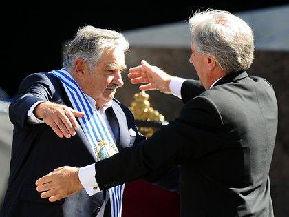 """Joseph """"Pepe"""" Mujica embrasse le président sortant, Tabaré Vázquez après avoir reçu de lui le commandement présidentiel.  PHOTO AFP / MIGUEL ROJOzzzz"""