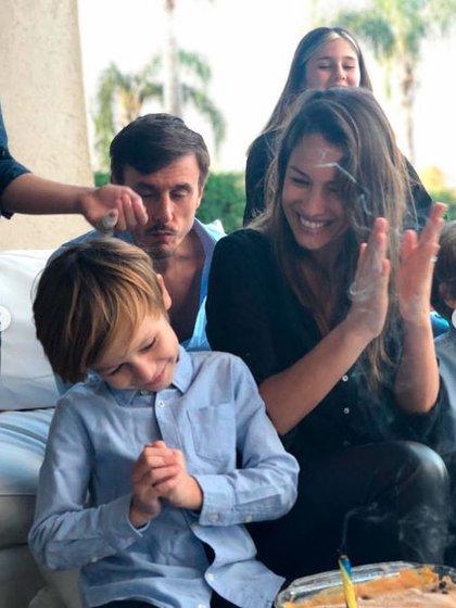 La modelo se mostró alegre, bajo la mirada de su marido, Roberto García Moritán