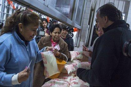 El programa tiene como objetivo contribuir a la alimentación, nutrición, desarrollo físico de las clases más necesitadas o vulnerables (Foto: Enrique Ordoñez/ Cuartoscuro)