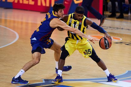 Photograph from November 12, 2020, showing Fenerbah e guard Ali Muhammed (r) controlling the ball under pressure from Bar a's Leandro Bolmaro.  EFE / Alejandro Garc a