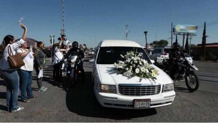 La llegada de la caravana fúnebre a Meoqui en la mañana de este miércoles (Foto: Especial)