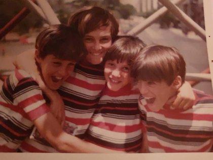 Ivo Cutzarida con sus hermanos, todos con remeras iguales