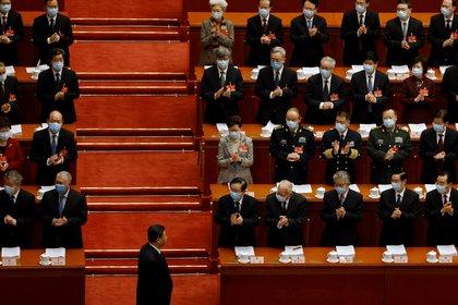 La jefa del Ejecutivo de Hong Kong, Carrie Lam, y otros funcionarios chinos aplauden mientras el presidente chino, Xi Jinping, llega a la sesión de apertura de la Asamblea Popular Nacional (APN) en el Gran Salón del Pueblo en Pekín, China, el 5 de marzo de 2021. REUTERS/Carlos García Rawlins