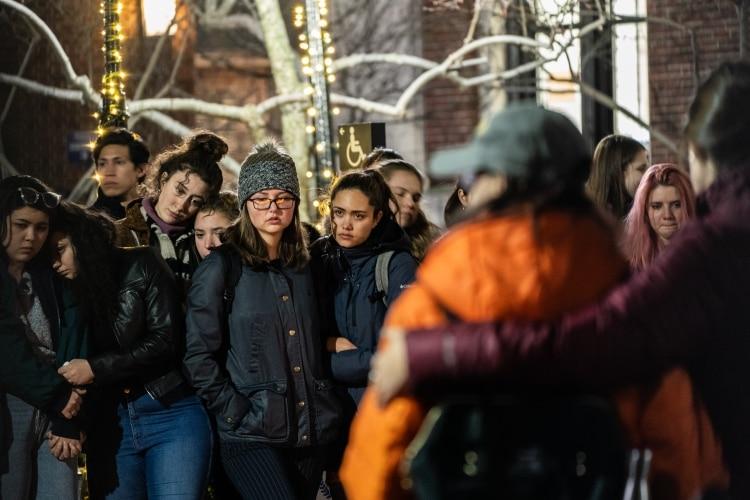 Estudiantes se reúnen en la entrada de Barnard College durante una vigilia celebrada por Tessa Majors (AFP)