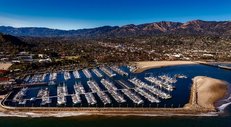 Situada a 150 kilómetros al norte de Los Ángeles, al pie de las montañas de Santa Ynez, Santa Bárbara ofrece una bella playa de características similares a la de Santa Mónica, con largo embarcadero incluido, pero con bastante menos gente