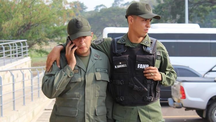 Dos militares que desertaron en febrero de este año y cruzaron a Colombia04