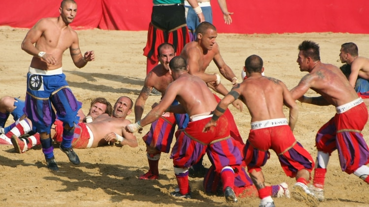 <p><b>Storico:</b>deporte tradicional en Florencia, Italia. 27 jugadores se golpean salvajemente para meter el balón en la zona de marca del rival</p><p></p> demotix.com 163