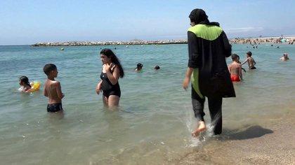 Los grupos islámicos creen que hay una persecución contra su religión por prohibir el uso de la burkini en las playas de Francia (AP)