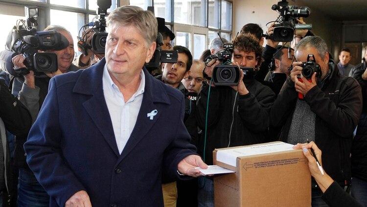 El candidato peronista en el momento que emitió su voto (Télam)