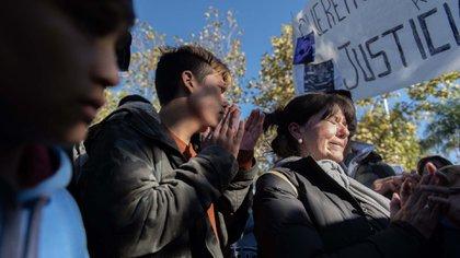 Susana, la mamá de Gonzalo, aplaude delante de Tomás, un amigo de toda la vida de Danilo, con quien compartían la pasión por el rap