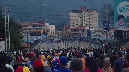 Una clásica imagen de los últimos años: los manifestantes opositores se enfrentan a los colectivos (archivo)