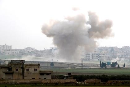 Una columna de humo tras un ataque aéreo en Saraqeb, en la provincia siria de Idlib. 28 de febrero 2020. REUTERS/Umit Bektas