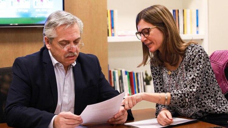 El presidente Alberto Fernández junto con la titular de ANSES Fernanda Raverta