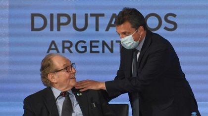 Sergio Massa saluda a Carlos Heller, autor junto con Máximo Kirchner del impuesto a las grandes fortunas (Maximiliano Luna)