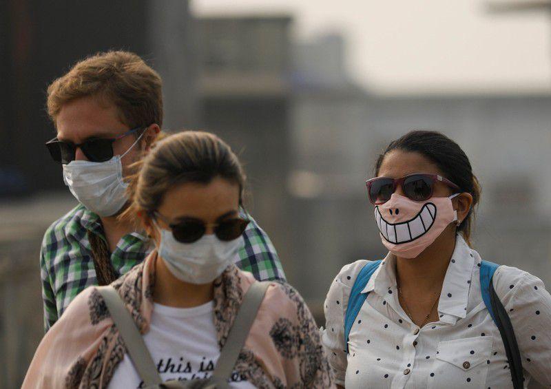 Turistas con máscaras protectoras en una mañana de smog en los barrios antiguos de Delhi, India, 15 noviembre 2019. REUTERS/Anushree Fadnavis