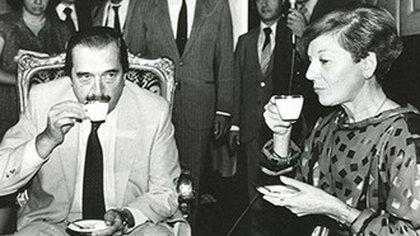 María Estela Martínez de Perón y Raúl Alfonsín, quien la invitó al país cuando asumió la presidencia (NA)