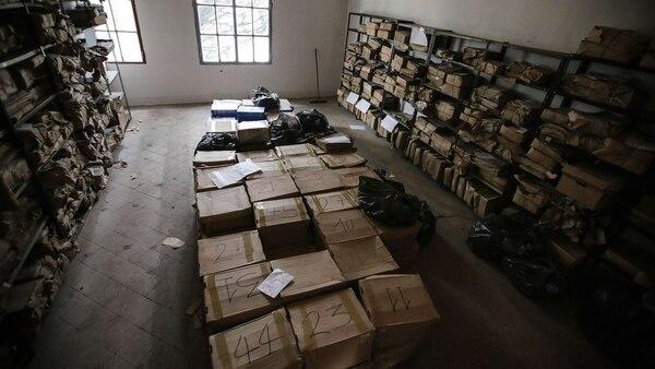Imágenes del archivo intermedio donde se trasladó la documentación para su posterior restauración. Es undepósito ubicado en el salón de las cuatro columnas, en la ex Esma