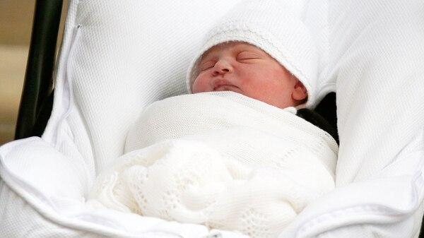 El nuevo integrante de la familia real nació el 23 de abril a las 11:01 de la mañana en Londres (REUTERS/Henry Nicholls)