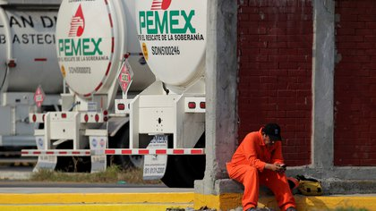 FILE PHOTO: A worker of the Mexican state oil firm PEMEX is pictured during a protest against Senator Samuel Garcia's proposal to close down the Cadereyta refinery as a measure to lower the levels of pollution in the air, in Cadereyta on the outskirts of Monterrey, Mexico August 6, 2020. REUTERS/Daniel Becerril/File Photo