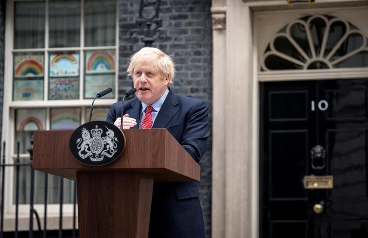 """Boris Johnson retomó sus actividades tras recuperarse de coronavirus pidió paciencia a los empresarios que presionan para reabrir la economía y dijo que el país """"atraviesa el pico"""" de la enfermedad (Pippa Fowles/10 Downing Street/Handout via REUTERS)"""