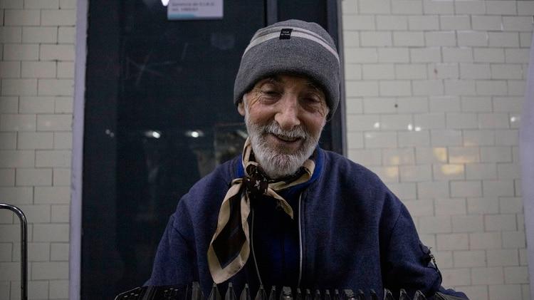 Tiene 78 años y hace al menos cuatro años que toca en dos estaciones de subte de la línea C con su bandoneón