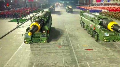 Los conocidos misiles norcoreanos Hwasong-12 también desfilaros