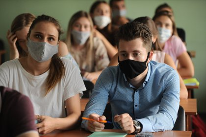 Estudiantes con mascarilla en una universidad rusa (Lev Vlasov/Europa Press)