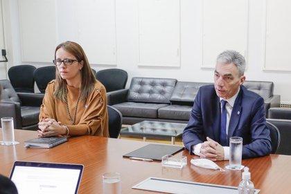 Marianela López, directora de Acceso a la información y Transparencia del Ministerio de Transporte, y el ministro Mario Meoni.