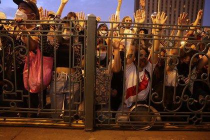 Foto de archivo. La gente levanta los brazos durante un minuto de silencio por las personas que murieron en las recientes protestas callejeras, durante una manifestación contra el Congreso y por un cambio en la constitución del país, en Lima, Perú, el 21 de noviembre de 2020. REUTERS / Sebastian Castaneda