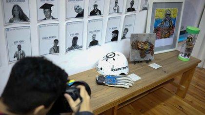 Las pertenencias de Neomar Lander, un manifestante fallecido durante las protestas contra el régimen de Nicolás Maduro en 2017, exhibidas en el Museo de los Derechos Humanos en Venezuela. Cómo abordar la situación, un posible punto de conflicto entre Macri y Bolsonaro(Foto: EFE)