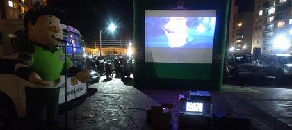 La Policía Metropolitana de Bogotá implementó un cinema en el conjunto residencial Rincón de Granada VII en la localidad Engativá. Foto: Policía Metropolitana de Bogotá