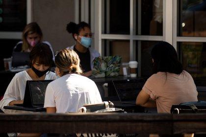 Vista de varias personas portando mascarillas en la terraza de un bar en Los Ángeles, California, el 29 de octubre de 2020. EFE/Etienne Laurent
