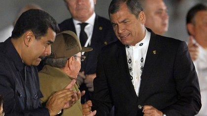 Nicolás Maduro y Rafael Correa, junto a Raúl Castro (AFP)