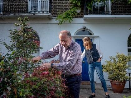 Peter Piot y Heidi Larson en el jardín del frente de su casa en Londres, el 7 de mayo de 2020. (Andrew Testa/The New York Times)
