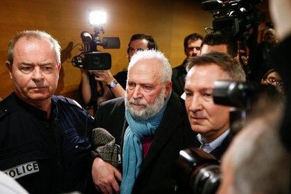 El padre Bernard Preynat se marcha cuando su juicio se pospone debido a la huelga de abogados en el juzgado de Lyon, Francia, el 13 de enero de 2020. REUTERS / Emmanuel Foudrot